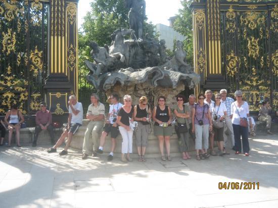 Devant une fontaine de la place Stanislas